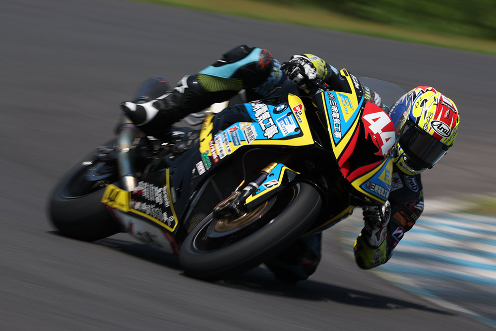 New motot racing subject tracking with helmet recognition